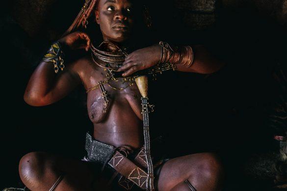 Donna Himba durante il rituale della vestizione